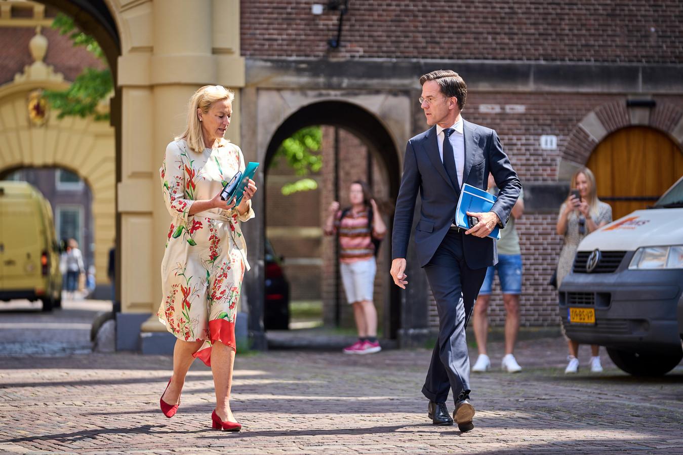 VVD-leider Mark Rutte en Sigrid Kaag (D66) op weg naar een gezamenlijk overleg met informateur Hamer op het Binnenhof.
