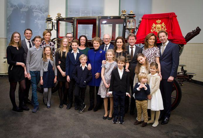 Prinses Margriet en prof.mr. Pieter van Vollenhoven poseren samen met hun kinderen en kleinkinderen ter gelegenheid van hun 50-jarig huwelijksjubileum.
