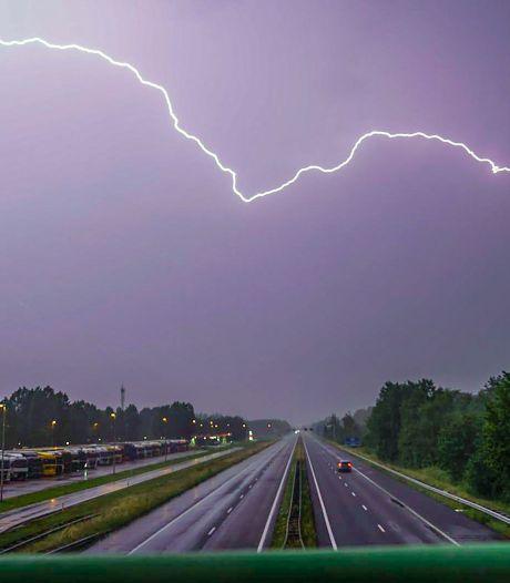 Code geel voor lokaal hevige onweersbuien boven Brabant: 'Het kan 's middags flink tekeergaan'