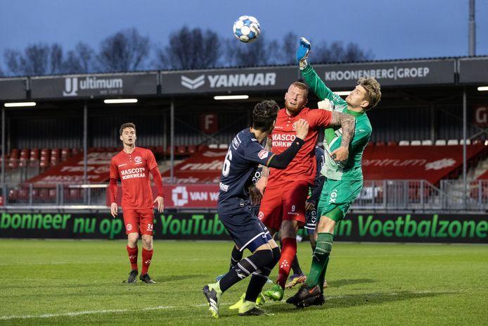 NEC-doelman Mattijs Branderhorst in actie tegen plaaggeest Thomas Verheydt, spits van Almere City.