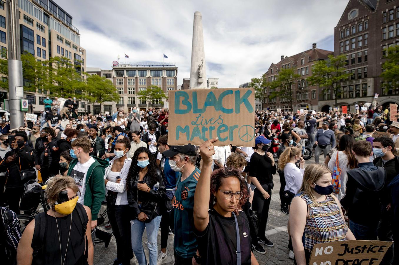 Demonstranten tijdens het protest op de Dam in Amsterdam.