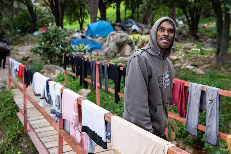 Gavin Abrahams (31) ziet toe op het tentenkamp van zo'n twintig Kaapse daklozen. In een bergstroompje wassen ze hun kleding. Beeld Ashraf Hendricks