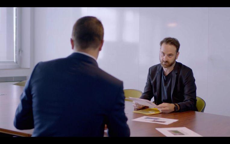 VRT-journalist Tim Verheyden confronteert Dries Van Langenhove met racistische memes uit besloten internetgroepen, in de bewuste 'Pano'-uitzending.  Beeld VRT