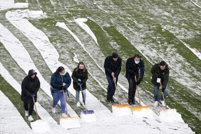 De velden moeten eerst sneeuwvrij worden gemaakt.