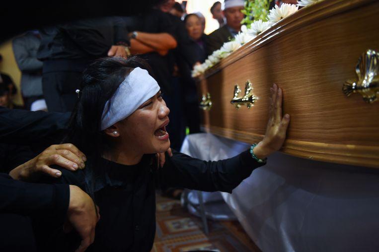 Een familielid treurt om een van de gestorven Vietnamese vluchtelingen. Beeld AFP