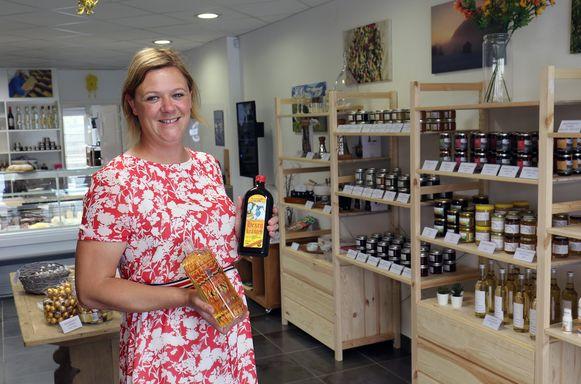 Eva toont in haar winkel enkele van de typisch Oostenrijkse producten die ze verkoopt.