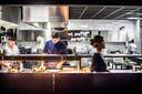 Open keuken is de trend, zoals hier bij restaurant Lets in Oosterbeek.