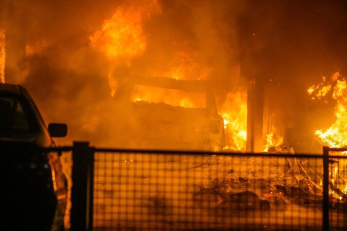 Grote brand bij autobedrijf in Helmond.