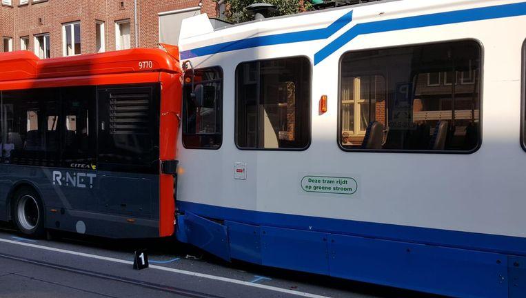 De tram botste tegen een streekbus, die vervolgens tegen een taxi aanreed. Beeld -