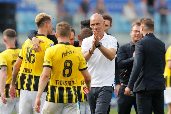 Thomas Letsch applaudisseert voor zijn spelers na de zege in Zwolle.