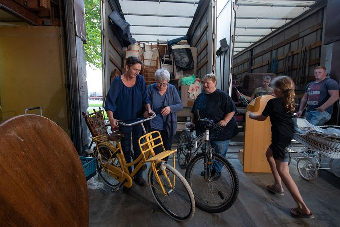 Riek van de Bor (m), Agnes Postma (l) en Clara Bakker (r) hebben een stichting  opgericht voor hulp aan Tsjechië. Pas nog ging een vracht goederen op transport.