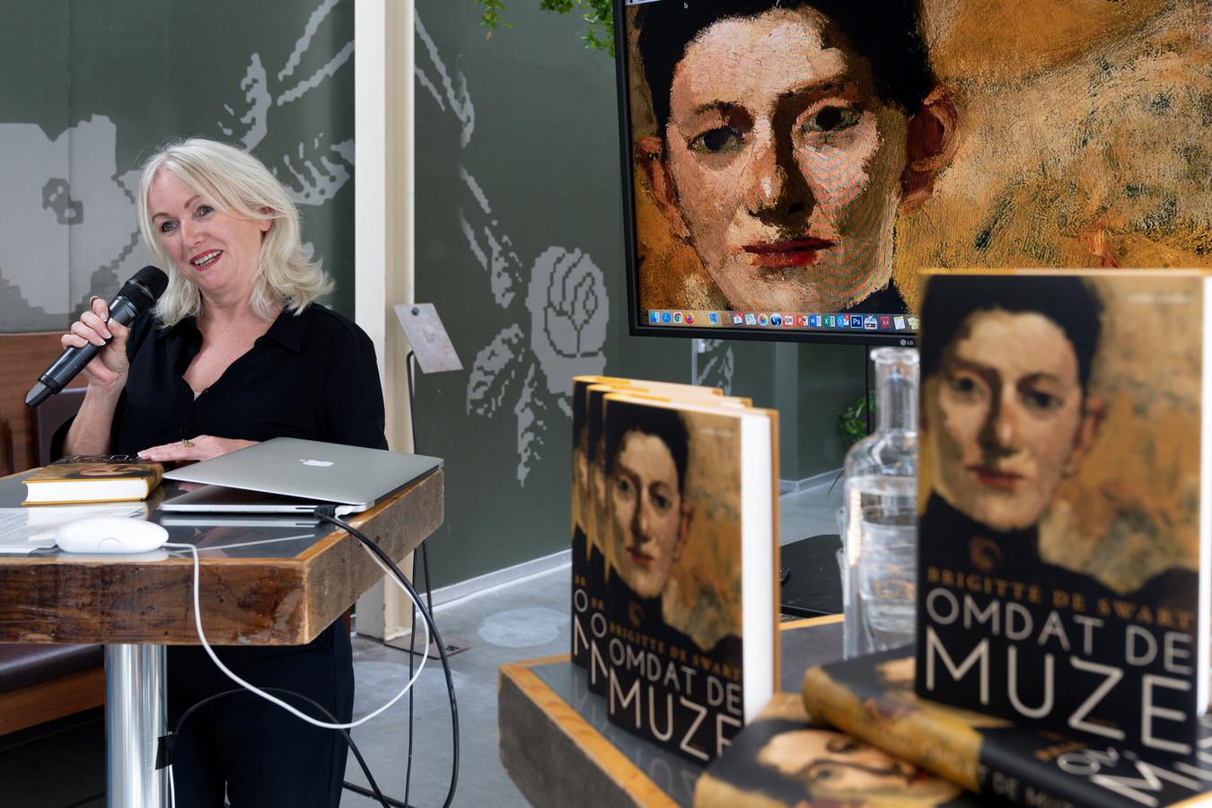 Brigitte de Swart geeft in haar roman 'Omdat de muze' in strakke taal zonder opsmuk een kleurrijk tijdsbeeld.