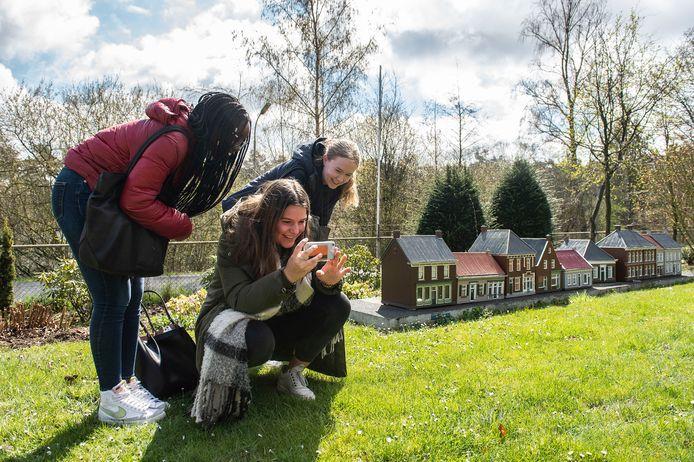 (vlnr) Helma, Tessa en Riva, leerlingen uit 4 VWO van het Frencken College houden zich voor een schoolopdracht bezig met het Warandegebied waaronder ook Oud-Oosterhout valt.