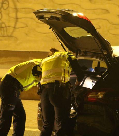 Drie aanhoudingen en vuurwapen gevonden bij grote politieactie in omgeving fruithandel de Groot