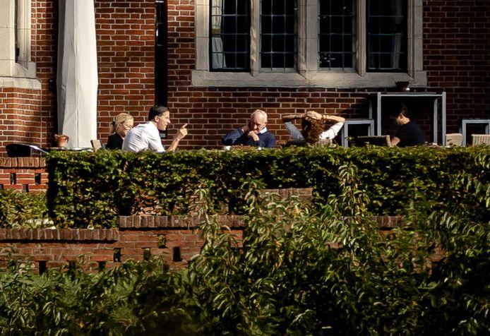 (LR) Mark Rutte (VVD), Sigrid Kaag (D66), Detective Johan Remkes, Sophie Hermans (VVD) e Rob Jetten (D66) a De Zwaluwenberg per far avanzare i colloqui di formazione.