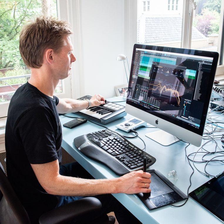 Frederik Slijkerman achter de computer met een stuk software van FABfilter. Beeld Simon Lenskens