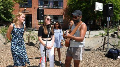 VIDEO en FOTOREPO Ronny Mosuse zingt het Regenbooglied in school De Mozaiek