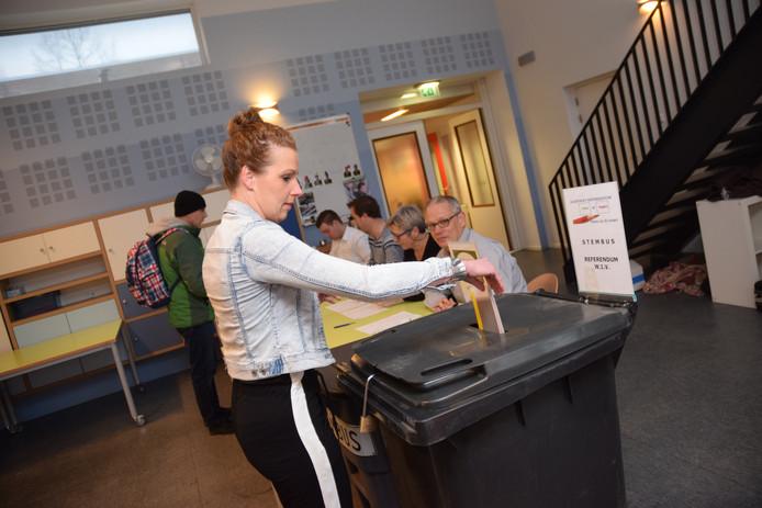 Juffrouw Renske van Basisschool ´t Schrijverke brengt haar stem uit in ´haar´ school.