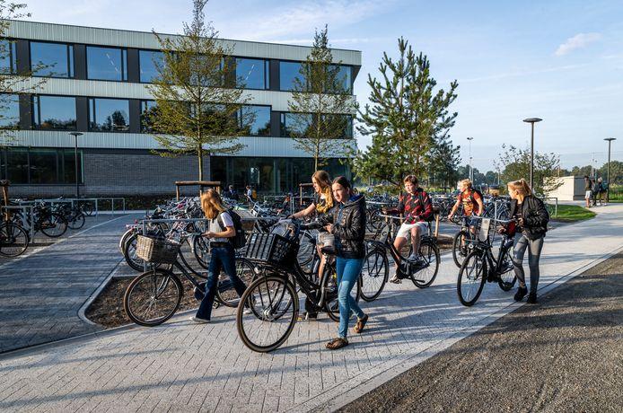 Leerlingen bij het nieuwe Dr. Knippenbergcollege in Helmond.