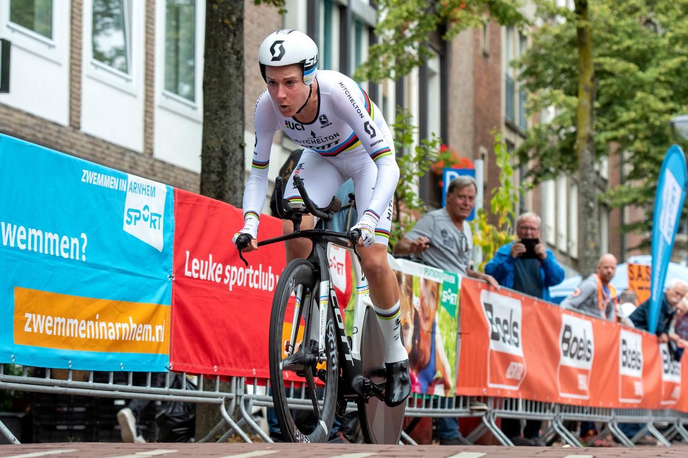 Annemiek van Vleuten op de fiets tijdens de Boels Ladies Tour in Arnhem.