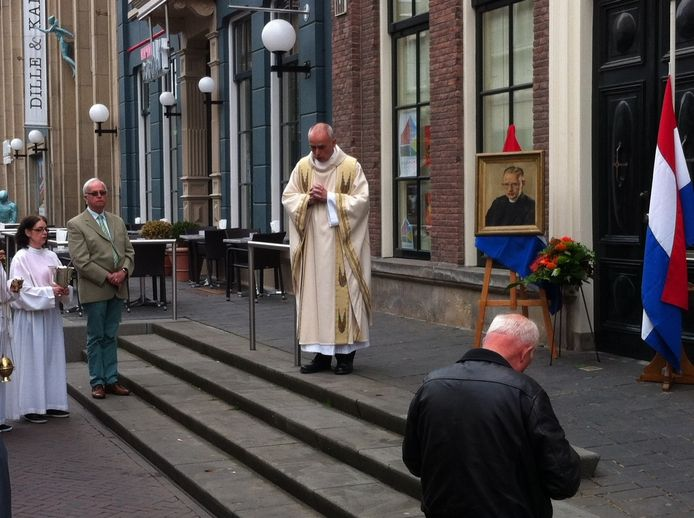 Pastoor André Monnikhof leidt de plechtigheid waarbij een stolperstein bij de voordeur van de pastorie in de Langestraat werd onthuld.