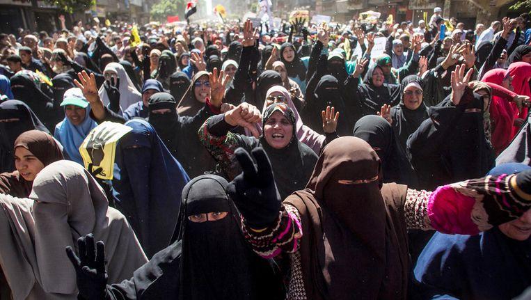 Supporter van de verdreven president Mohamed Morsi protesteren in Caïro tegen maarschalk al-Sisi. Beeld ap
