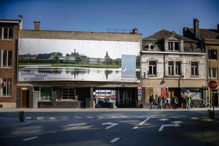 De twee panden staan al meer dan tien jaar leeg. Het pand van de stad wordt bedekt met een reuze banner.