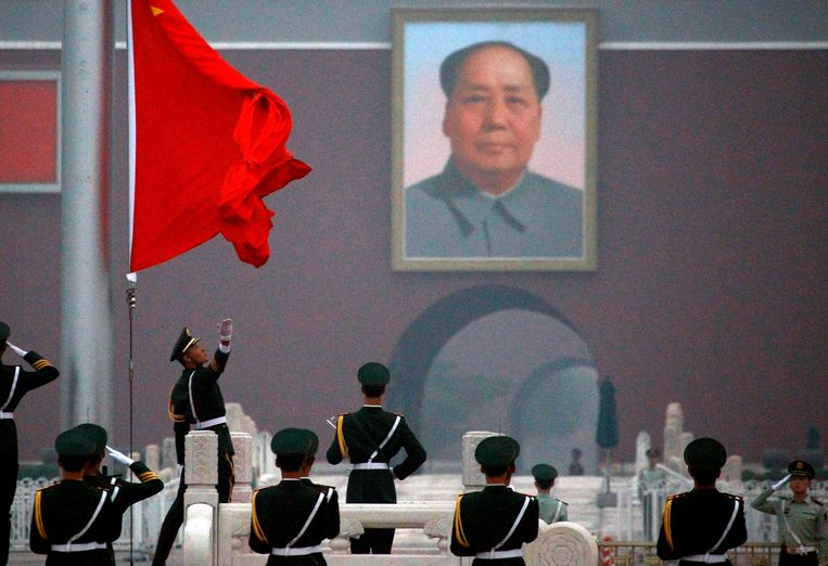 An honour guard unfurls the Chinese national flag as it is raised in front of the giant portrait of former Chinese chairman Mao Zedong on Beijing's Tiananmen Square June 4, 2012. Monday marks the 23rd anniversary of the military crackdown on the square of a student pro-democracy movement.     REUTERS/David Gray     (CHINA - Tags: MILITARY POLITICS CIVIL UNREST TPX IMAGES OF THE DAY) Beeld null