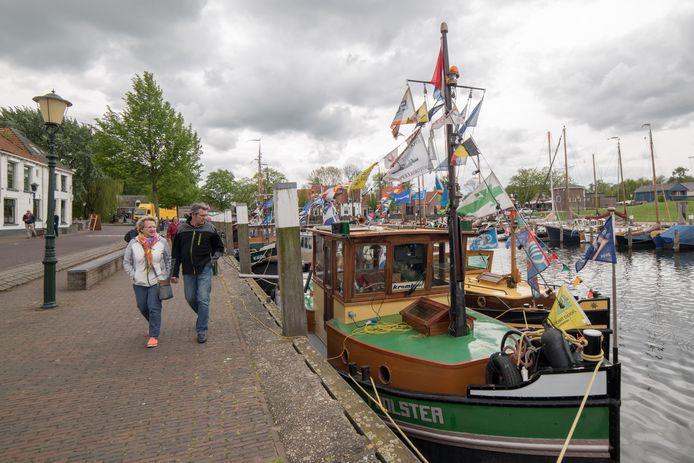 Het publiek loopt langs de verschillende schepen.