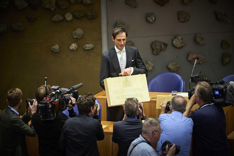 Demissionair minister Wopke Hoekstra (Financiën, CDA) presenteert op Prinsjesdag in het tijdelijk onderkomen van de Tweede Kamer het koffertje met de rijksbegroting en miljoenennota.  Beeld ANP