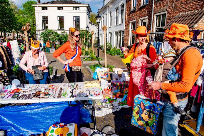 De jaarlijkse vrijmarkt in Utrecht. Op de avond voor Koningsdag worden in de binnenstad tweedehands spullen aangeboden, maar dit jaar opnieuw niet.