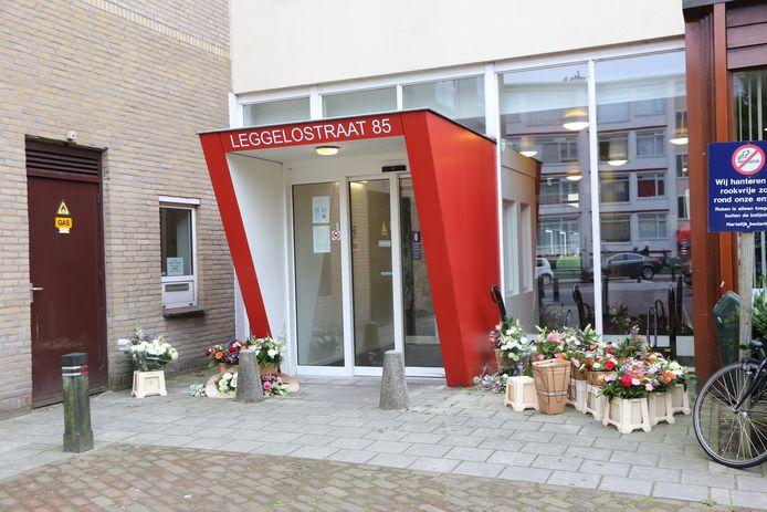 Bloemen voor de deur van Parnassia, waar maandag twee medewerkers werden neergeschoten.