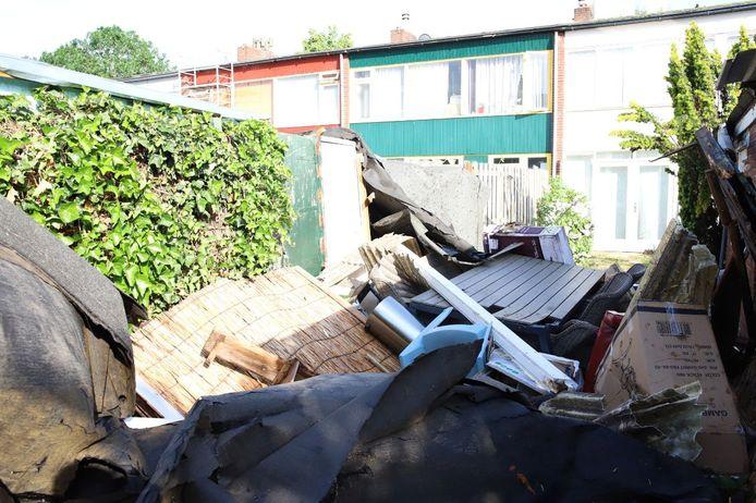 Dakbedekking in de tuin van een woning aan de Hertog Adolfstraat in Tiel. Het dakleer is afkomstig van een nabijgelegen flat, waar het door storm af waaide.