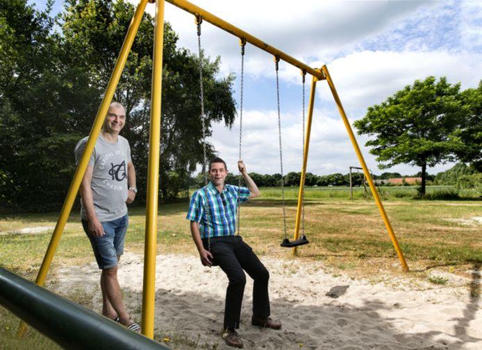 Jeroen Eikelenboom (links) en Bram Vogels op het nog te vernieuwen speelveldje bij de Vossenheuvel in De Mortel. Foto Rene Manders/fotomeulenhof