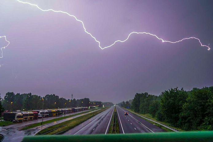 Onweer boven de A67.
