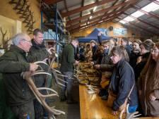 Geweienverkoop bij Otterlose boswachter trekt veel publiek: 'Het is een gekkenhuis'