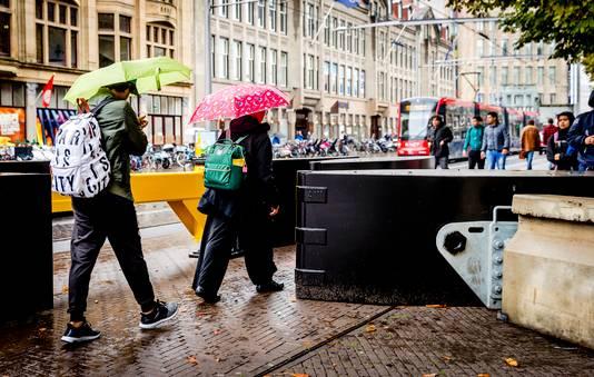 De Nationale Politie heeft in aanloop naar Prinsjesdag op de Hofweg  stevige hekken geplaatst. De hekken met stopwerking, zoals ze worden genoemd, worden ingezet tegen aanslagen met voertuigen.