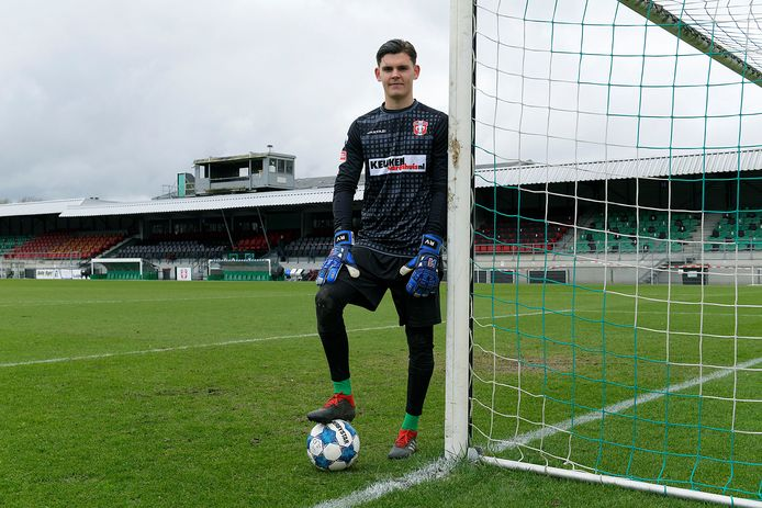 FCDordrecht-keeper Ronald Vlot bij het doel dat hij afgelopen vrijdag tegen TOPOss voor het eerst mocht verdedigen.