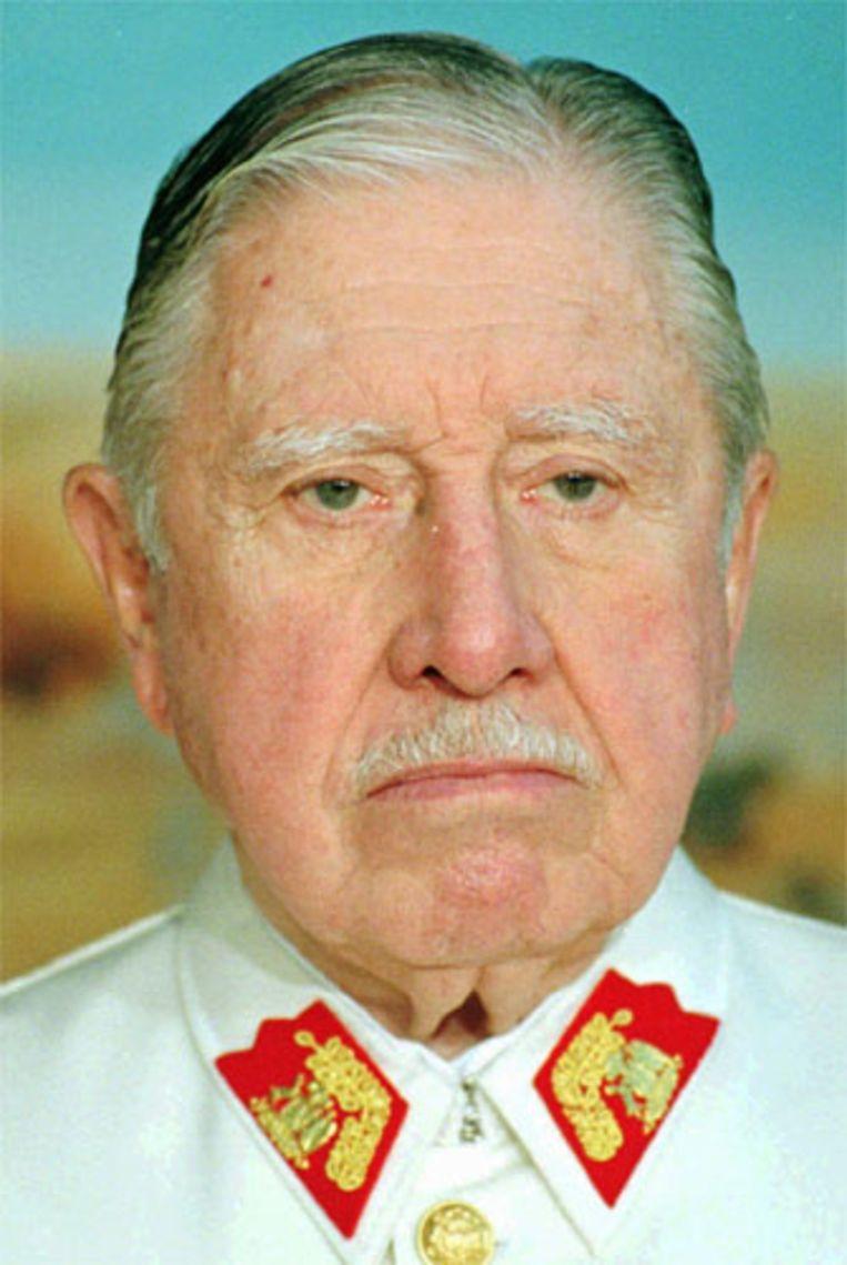 Augusto Pinochet in 1997. De overtuigd anti-communistische dicator regeerde Chili met de ijzeren vuist van 1973 tot 1990. De oud-dictator is zondag 10 december overleden in het Militaire Ziekenhuis in Santiago. (AP) Beeld AP