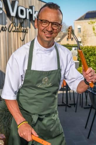 """""""Kies stukken vlees die van nature nog vet hebben"""": topchef Luc Bellings legt uit hoe je je vlees perfect bakt op de BBQ"""