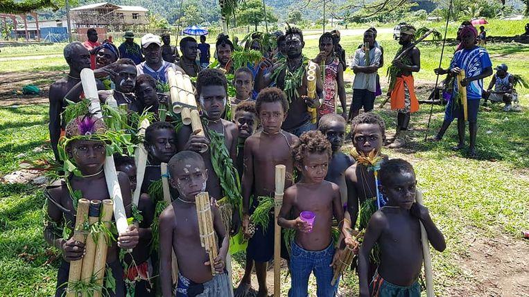 Kinderen doen mee aan een feestelijke ceremonie in de aanloop naar het referendum op Bougainville. Veel bewoners van Bougainville voelen zich al sinds 1975 niet thuis in de grotere archipel. Beeld AFP