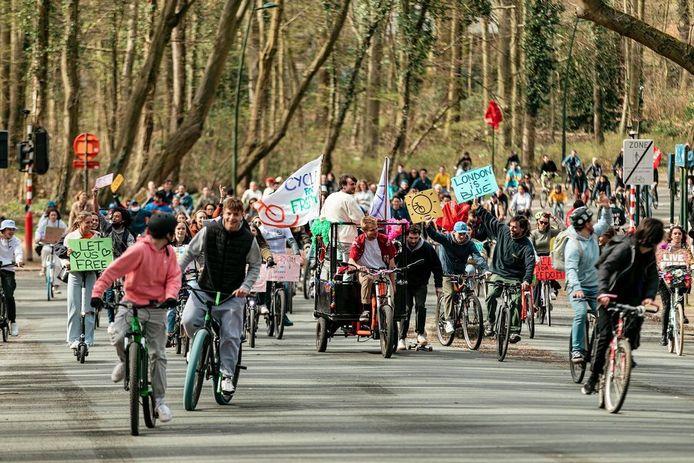 Les cyclistes sont partis du Bois de la Cambre pour rejoindre le Mont des Arts et revenir ensuite vers leur point de départ, avec une revendication : que les Belges, en particulier les jeunes, puissent retrouver leurs libertés.