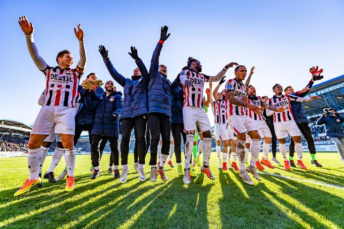 De spelers van Willem II vieren het feestje na afloop met de supporters. Dankzij de overwinning en de uitslagen op de andere velden staan de Tilburgers ineens in het linkerrijtje (negende). Wat een weekend!