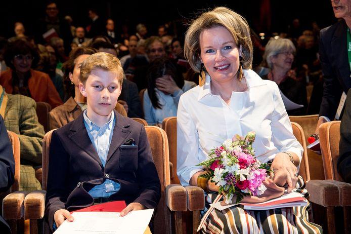 Koningin Mathilde en haar zoon Emmanuel wonen de eerste ronde van de Koningin Elisabethwedstrijd bij.