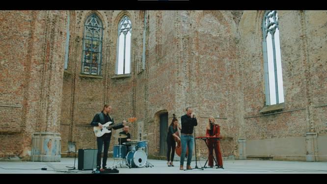 Dogwalker neemt videoclip op in kunstkerk Bossuit