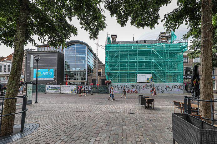 De museumpanden aan de Melkmarkt in Zwolle worden grondig verbouwd voor de komst van de nieuwe formule ANNO. Hier zal vanaf maart volgend jaar een deel van de omvangrijke collectie te zien zijn. Collectiebeheerder Historisch Centrum Overijssel wil graag meer museumstukken aanschaffen en laten zien, maar heeft daar nu nog geen budget voor.