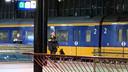 Een agent met een politiehond op station Eindhoven.