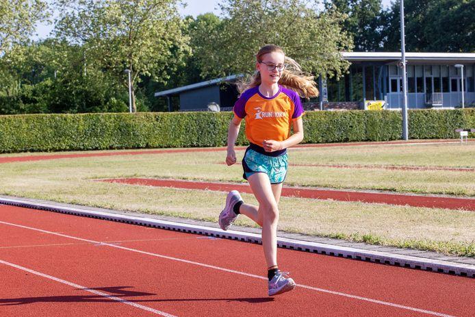 Olivia van Diessen is op de baan van Atletiekvereniging Generaal Michaelis in Best aan het trainen voor haar Challenge: 25 km hardlopen in 10 dagen voor KiKa.