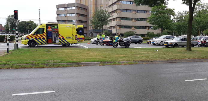 Motorrijder breekt been bij ongeluk in Arnhem.