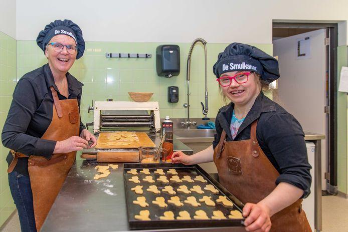 Paulien (l) en Carolien maken paaskoekjes.